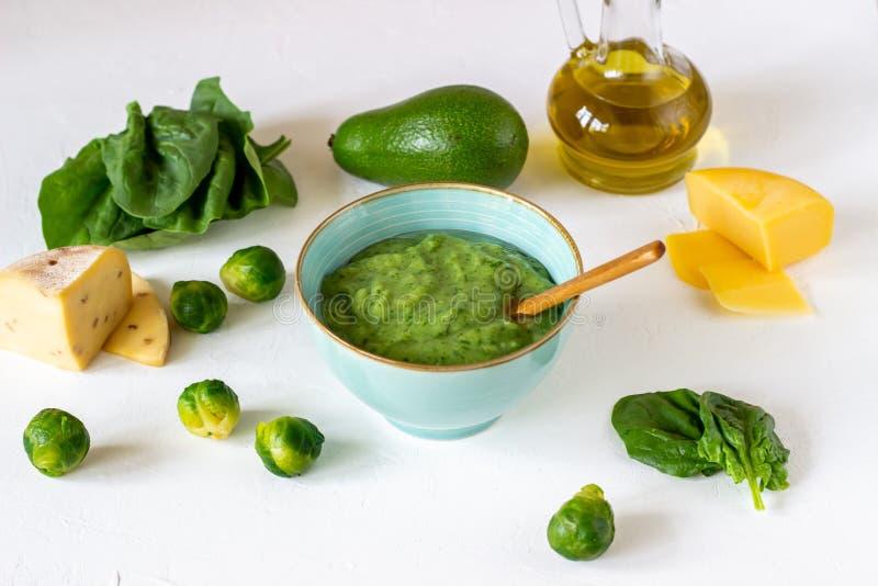 Kremowa polewka z avocado, szpinakami i serem, zdrowe je?? Bia?y t?o fotografia royalty free
