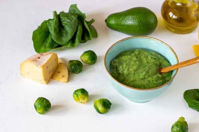 Kremowa polewka z avocado, szpinakami i serem, zdrowe je?? Bia?y t?o zdjęcia stock