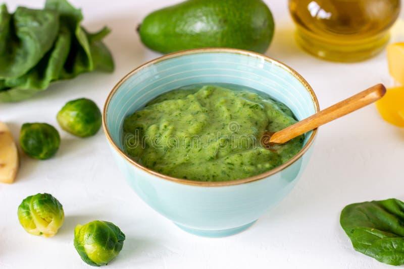 Kremowa polewka z avocado, szpinakami i serem, zdrowe je?? Bia?y t?o obrazy stock