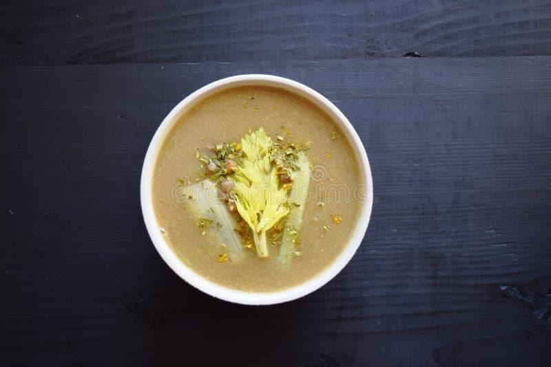 Kremowa zupna soczewica na czarnym tle, wyśmienicie jarski jedzenie Odgórny widok fotografia stock