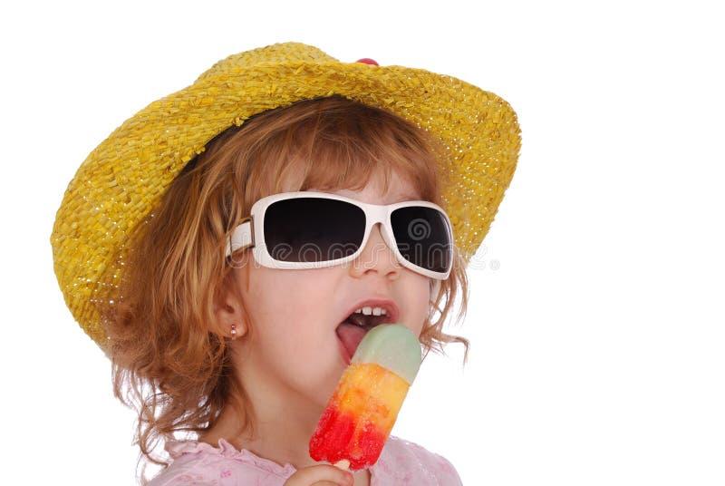 kremowego dziewczyny kapeluszu lodu mali okulary przeciwsłoneczne obrazy stock