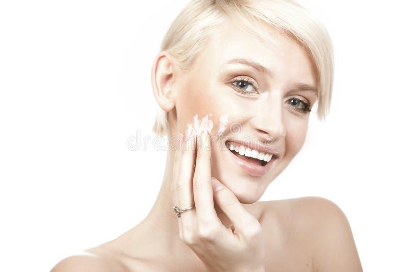 kremowego kładzenia uśmiechnięci kobiety potomstwa fotografia stock
