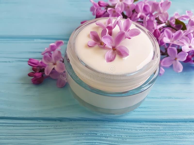 kremowego kosmetycznego lilego kwiatu domowej roboty aromatyczny na błękitnym drewnianym backgrounextract d zdjęcie stock