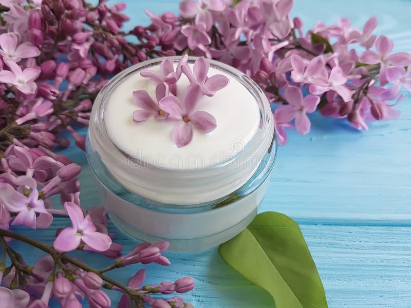 kremowego moisturizer kosmetycznego lilego kwiatu organicznie domowej roboty relaksuje aromatycznego na błękitnym drewnianym back obrazy stock
