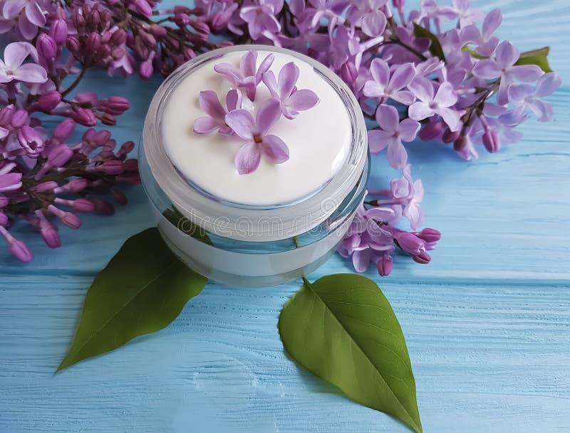 kremowy kosmetyczny lily kwiat domowej roboty relaksuje aromatycznego na błękitnym drewnianym backgrounextract d fotografia stock