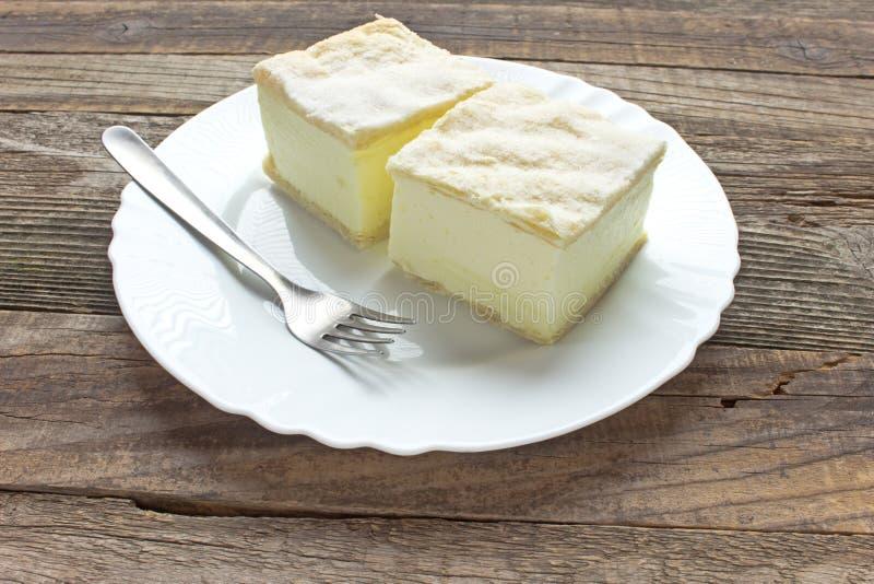 Kremowy kulebiak z warstwami ptysiowy ciasto fotografia stock