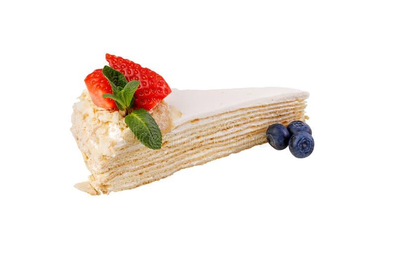 Kremowy ptysiowego ciasta tort pojedynczy białe tło Delikatny wyśmienicie deser dekorował z świeżymi truskawkami i czarnymi jagod zdjęcie stock