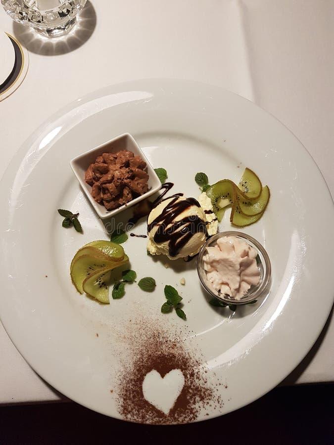 kremy szyszek tła czekoladowe lody lodu nad pistacjowym waniliowym truskawkowy white obrazy stock