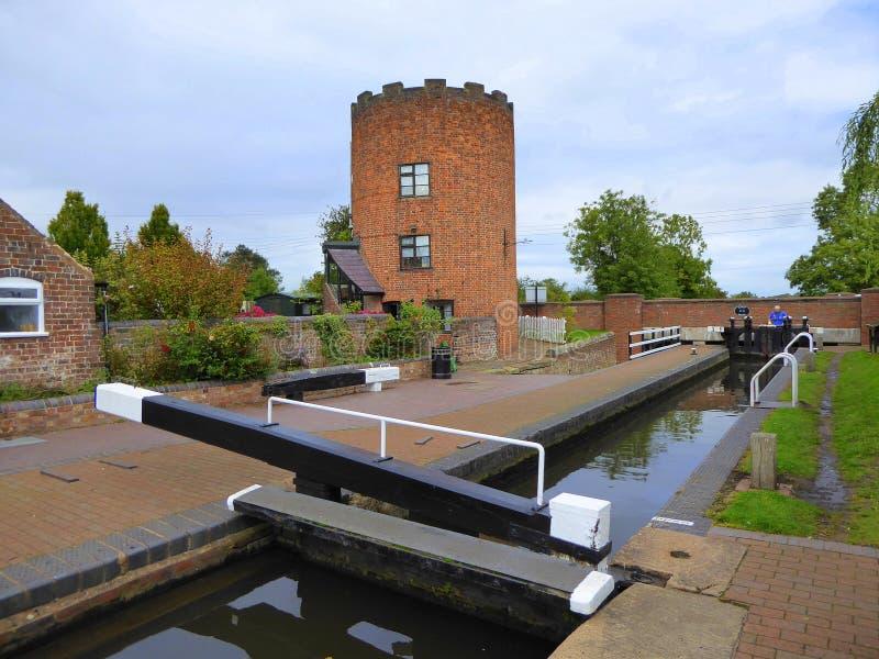 Krenelierter Turm- und Kanalverschluß stockfoto