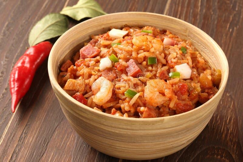 Kreola Jambalaya - Rice gotujący z garnelą, uwędzoną kiełbasą i t, zdjęcia stock