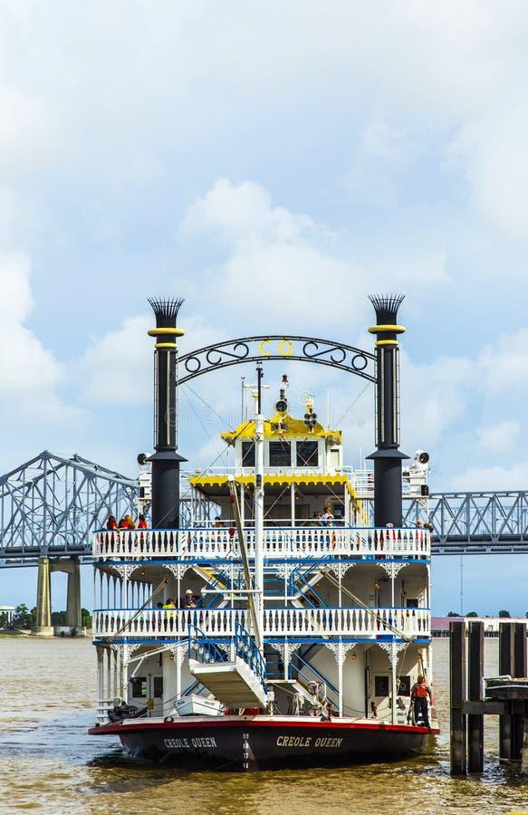 Kreolische Königin Paddlewheeler im Hafen von New Orleans stockfotos