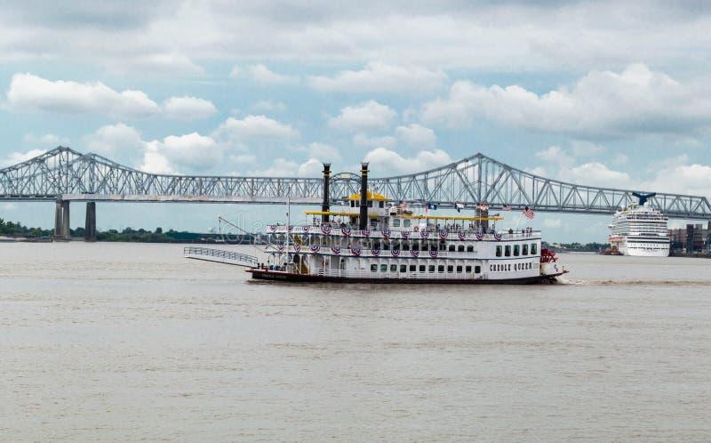 Kreolisches Ausflug-Boot der Königin-New Orleans auf Fluss Mississipi nahe Brücke stockbilder