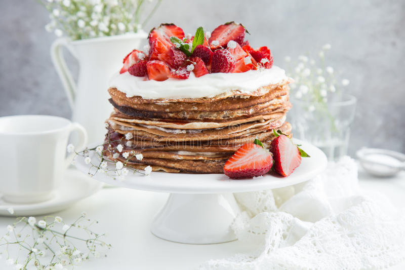 Krepa tort z chałupy truskawką i serem, zdjęcia royalty free