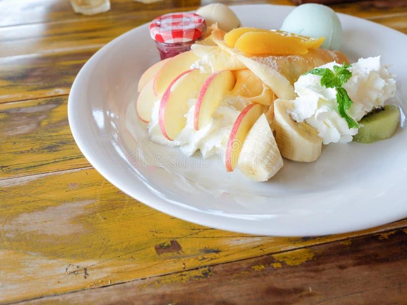 Krepa z świeżą owoc zdjęcia stock