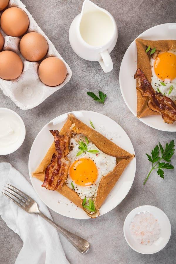 Krepa z smażącym bekonem dla śniadania i jajkiem obraz stock