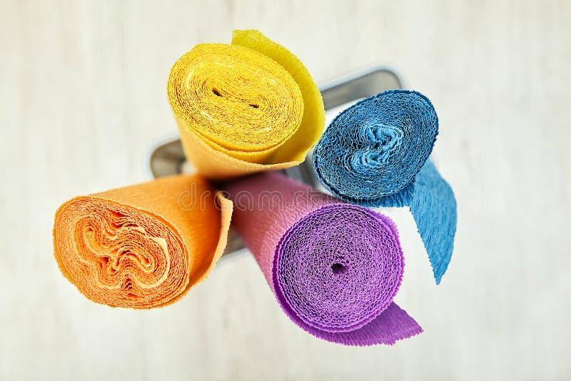 Krepdeszynowy opakunkowy papier przekręca w cztery barwiącej rolki obrazy stock