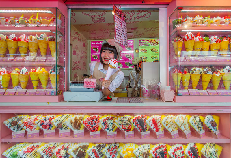 Krepp und Eiscremeverkäufer an Harajukus Takeshita-Straße lizenzfreie stockbilder