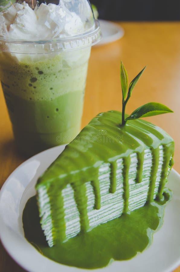 Kreppkuchen des grünen Tees und grüner Tee gefroren lizenzfreie stockfotos