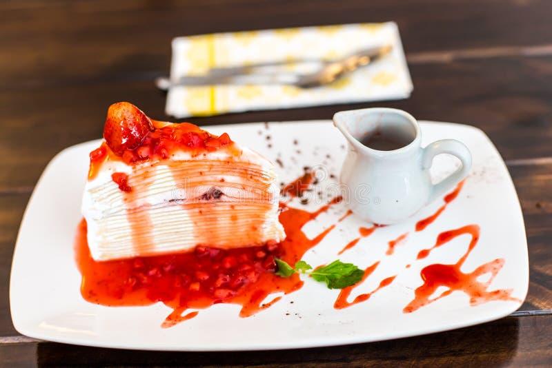 Kreppkuchen mit Erdbeeresoße stockbild