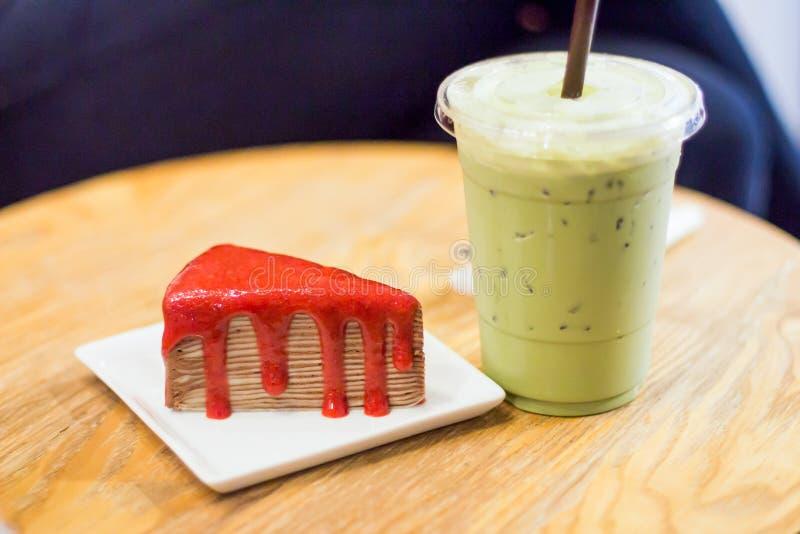 Kreppkuchen mit gefrorenem grünem Tee auf einem Holztisch lizenzfreie stockbilder