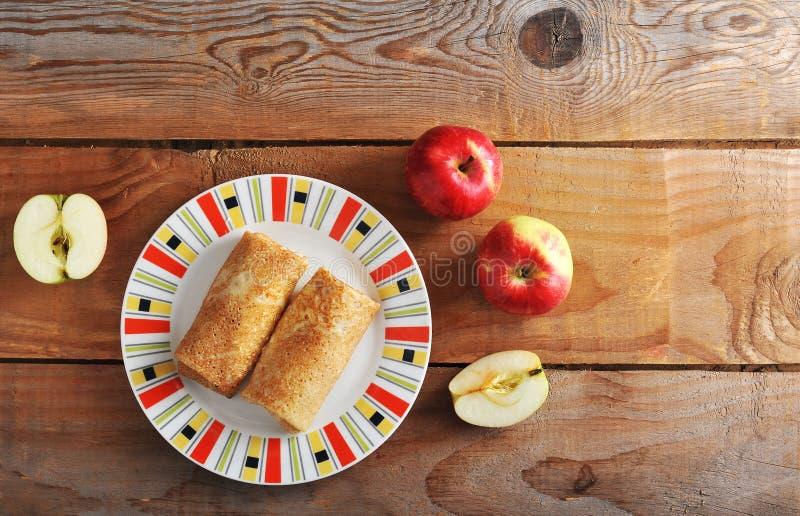 Krepps mit Apfelfüllung und ganzen Äpfeln lizenzfreie stockbilder
