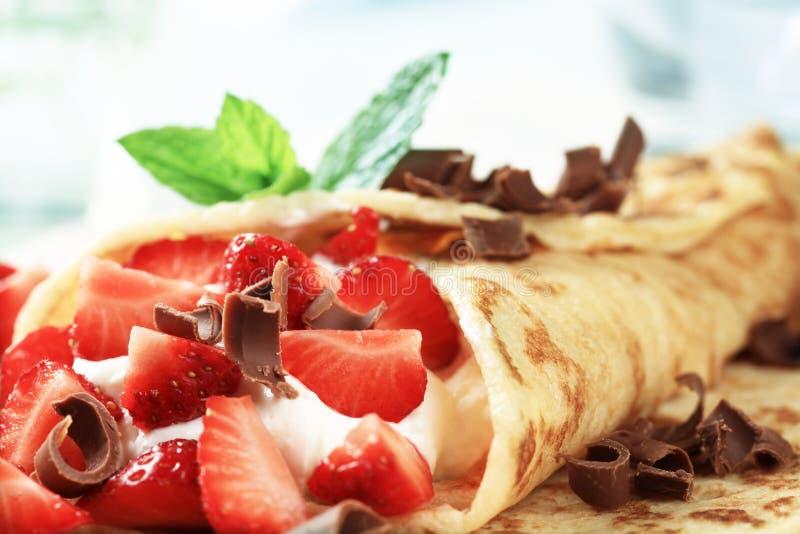 Krepps mit Käse und Erdbeeren stockfotos