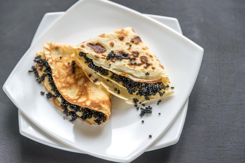Krepps mit schwarzem Kaviar stockbild