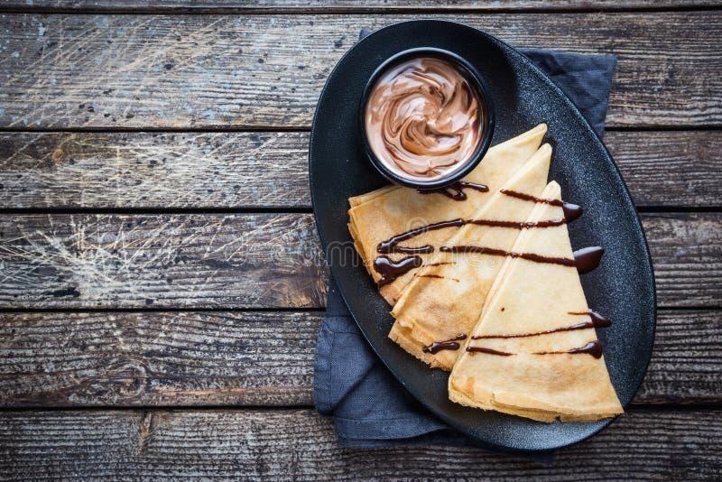 Krepy z czekolady rozszerzaniem si? zdjęcie stock
