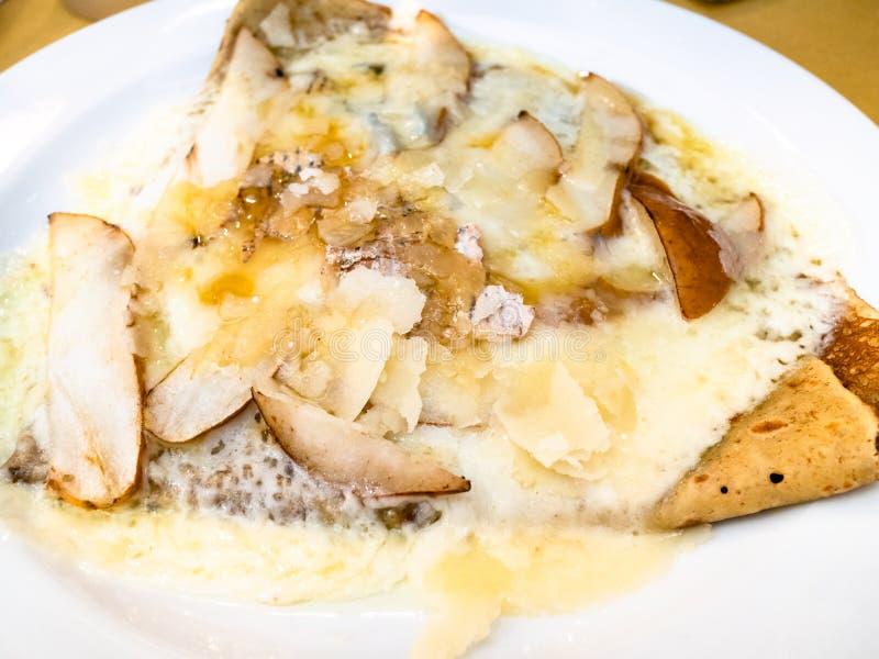 krepy z Gorgonzola serem zamkniętymi w górę bonkretą i fotografia royalty free