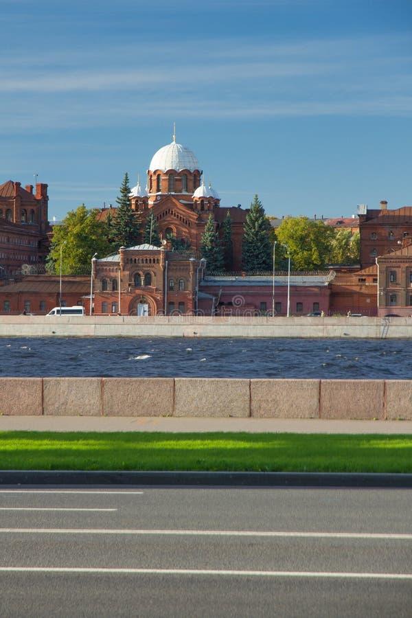 Kresty stadsfängelse i St Petersburg, förseninglätthet på en solig dag för sommar, sikt från den Neva invallningen, lutning arkivbilder