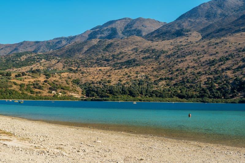 Kreta Grekland: Kournas sjö, den enda sötvattens- sjön i Kreta royaltyfria bilder