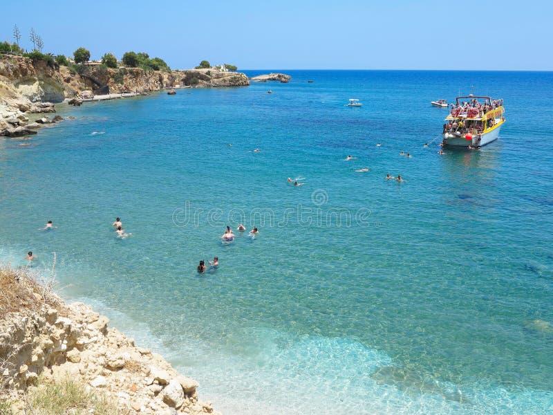 22 06 2015, Kreta, Grekland, turist- fartyg och simning i lagooen arkivbild