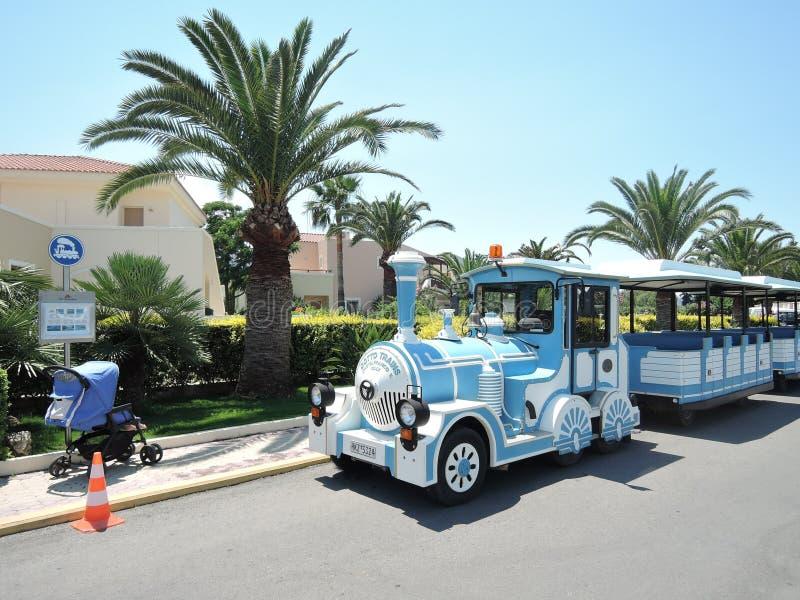 Kreta, Griechenland - 15. Juni 2017: Kleiner touristischer Zug nahe Hotel lizenzfreies stockbild