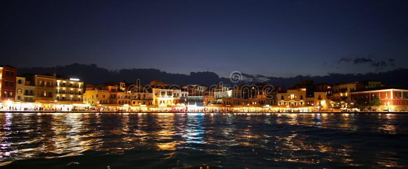 Kreta, Griekenland 01 Oktober het Panorama van 2018 bij avond van het stadscentrum van het binnenlandse overzees bij de haven stock foto's