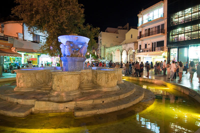 KRETA, 24 HERAKLION-JULI: De fontein in Leeuwenvierkant op 24,2014 Juli op het Cete-eiland, Griekenland stock foto