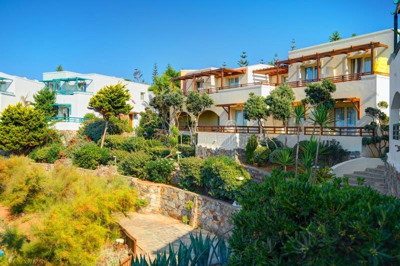 KRETA-INSEL, GRIECHENLAND, AM 8. SEPTEMBER 2012: Klassisches Griechenland-Hotellandhaus auf Steinstrand unter grünen Bäumen für T stockfoto