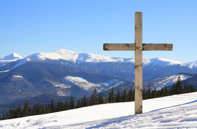 Kreuz auf dem Berg lizenzfreie stockbilder