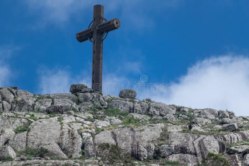 Kreuz auf dem Hügelwannende azucar in Maldonado Uruguay lizenzfreies stockbild