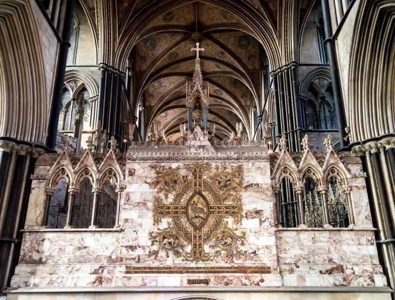 Kreuz auf der Rückseite des hohen Altars in Worcester-Kathedrale stockbilder