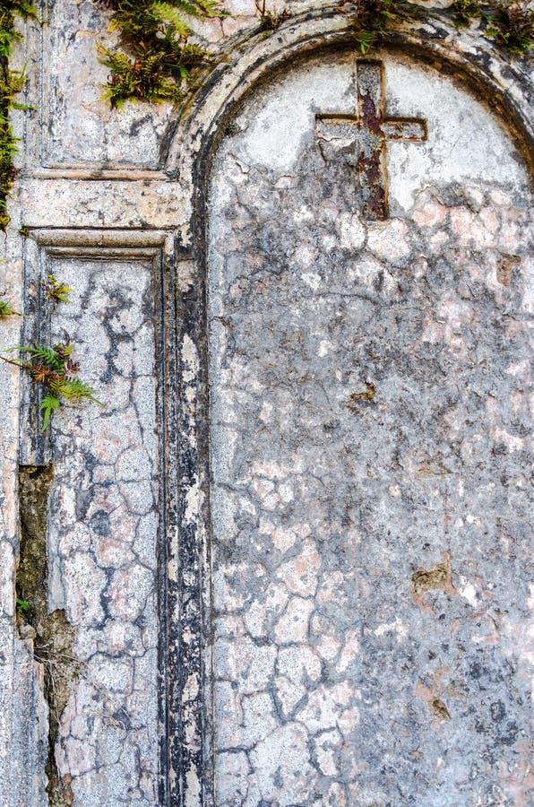 Kreuz auf einem alten Grab stockbilder