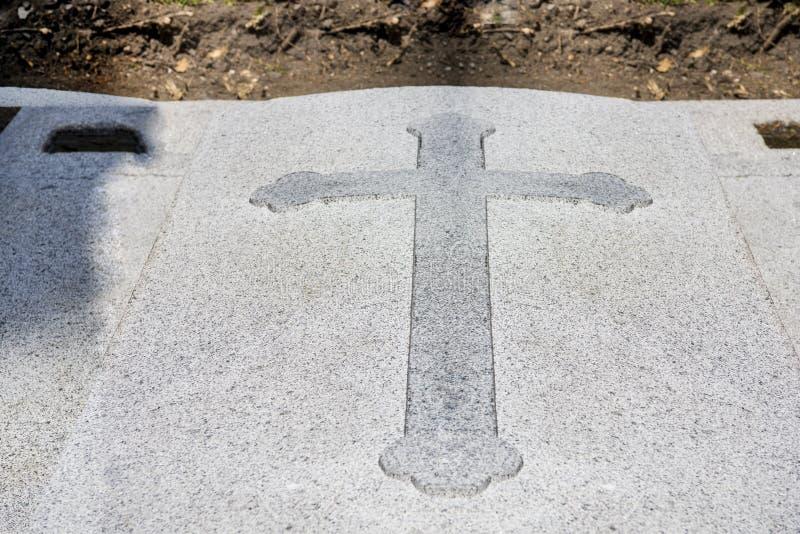 Kreuz auf einem alten grungy Grab Abstraktes Foto lizenzfreies stockbild