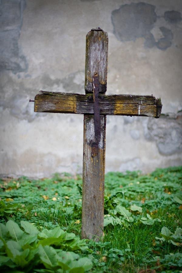 Kreuz auf Grab lizenzfreie stockbilder
