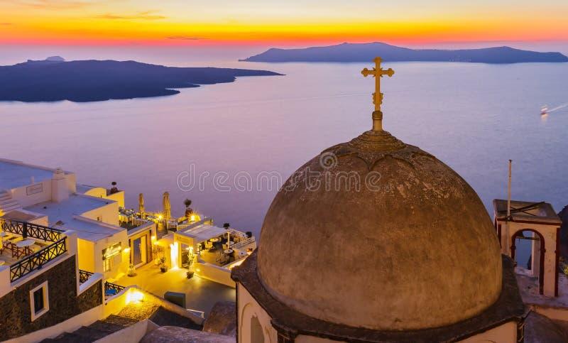 Kreuz auf Kirche und schönen Sonnenuntergang lizenzfreie stockbilder