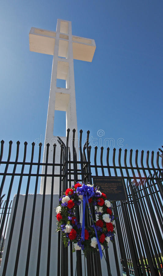 Kreuz auf Mt. Soledad und Wreath lizenzfreie stockfotos