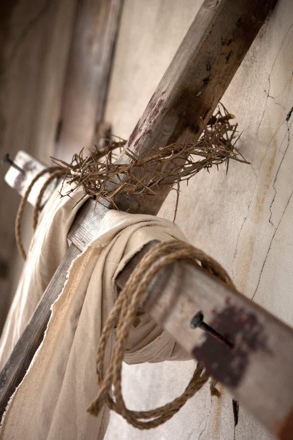 Kreuz auf Wand stockfotos