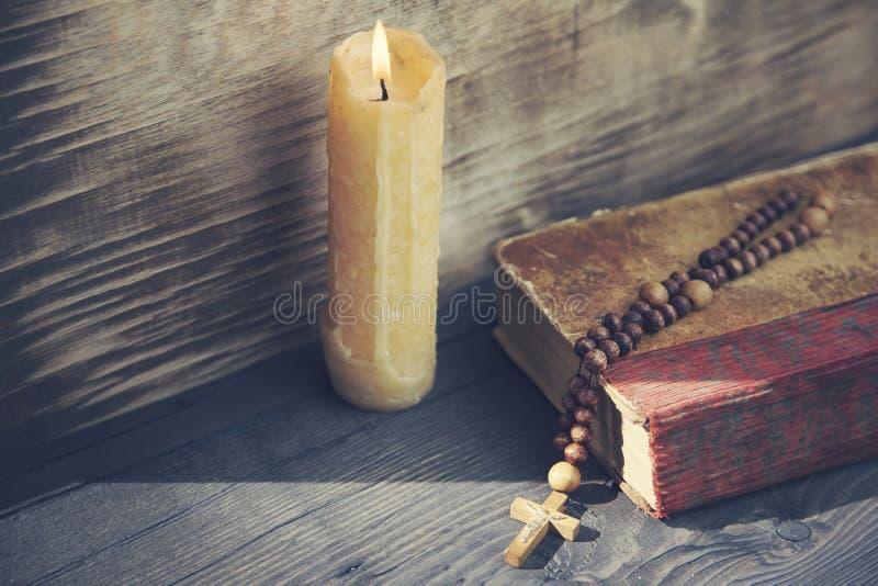 Kreuz, Buch und Kerze stockfotos