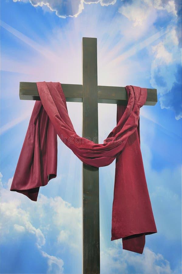 Kreuz gegen den Himmel stockbilder
