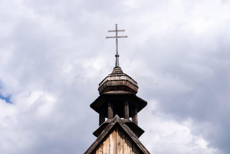 Kreuz gegen einen bew?lkten Himmel lizenzfreie stockfotos