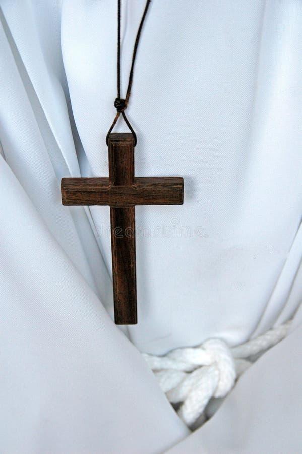 Kreuz getragen von einem Änderungjungen lizenzfreies stockbild