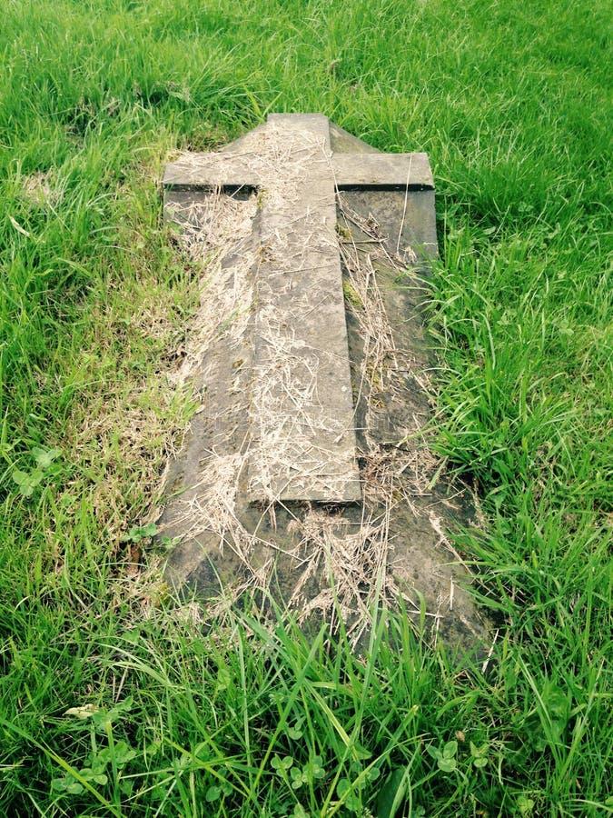 Kreuz im Gras lizenzfreies stockbild